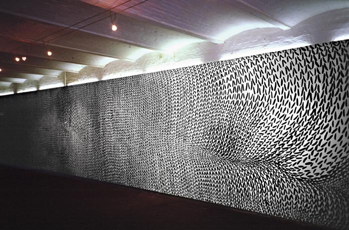 »schwarz auf weiß« acryl/holzwand, 2,4m x 13m   In der Ausstellung »huddling behavior« habe ich zwei Wandbilder gezeigt. Das erste Bild malte ich zur Eröffnung, das Zweite entstand während der Ausstellung für die Finnisage.