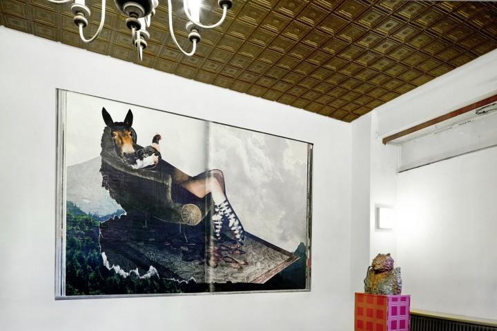 Die »Montagehalle« ist eine Galerie in den ehemaligen Räumen eines bordells, derern räumlichkeit  im originalzustand belassen wurde. »außen hui, innen pfui« ist eine gemeinsame ausstellung mit jonny star.    «sitcom« Plakat Print 225cm  x